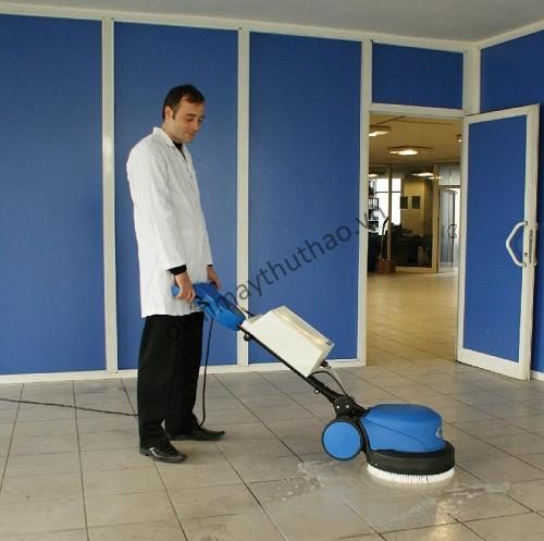 Máy chà sàn đơn có thiết kế nhỏ gọn phù hợp dùng cho văn phòng Công ty
