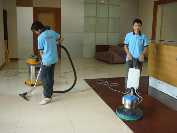 SỬ dụng máy hút bụi để làm sạch nhà xươgnr